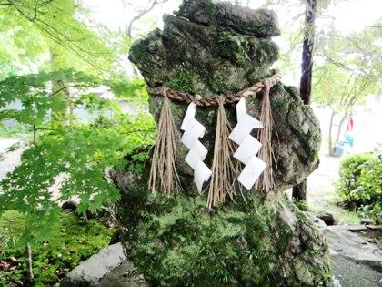 tomi-shrine-stone-shide